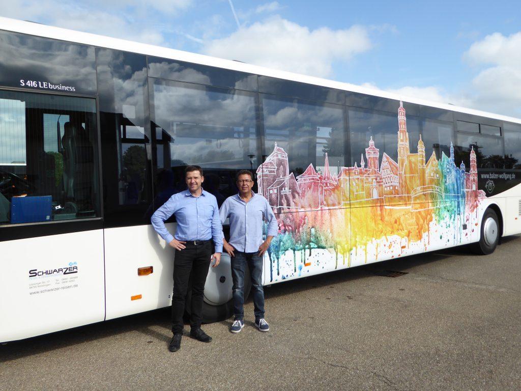 Wolfgang Balzer und Jörg Schwarzer vor dem Kunstbus